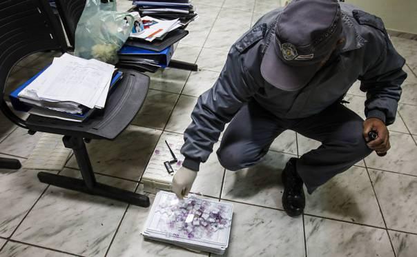 Documentos laboratoriais apreendidos pela polícia durante o resgate de animais 2