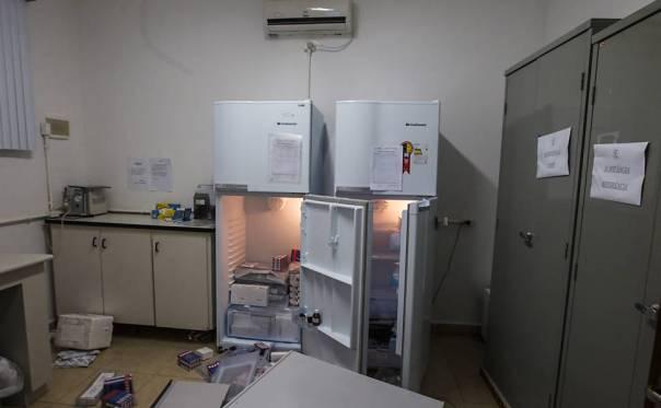 Imagem mostra geladeira aberta com objetos no chão no Instituto Royal, em São Roque (SP)