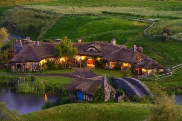 Hobbiton reúne 44 tocas hobbit, a taverna Dragão Verde, a casa de Bilbo Baggins, Bag End, e o moinho do Condado (Foto: Reprodução)