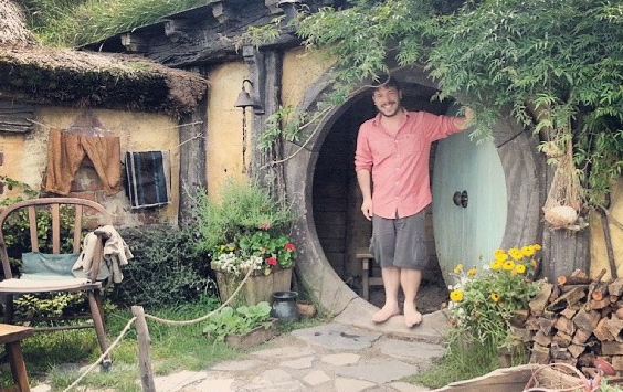 O repórter Rafael Romer comprova seu tamanho de hobbit no Condado (Foto: Acervo Pessoal/Canaltech)