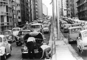 Minhocão ficou congestionado no primeiro dia. Foto publicada na edição de 26/1/1971 Acervo/Estadão