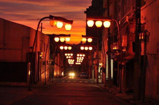 Foto atual de rua do bairro da Liberdade, o qual é o maior reduto da comunidade japonesa na cidade, a qual, por sua vez, congrega a maior colônia japonesa do mundo, fora do Japão.