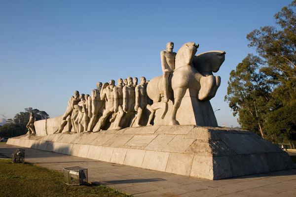 """O """"Monumento às Bandeiras"""" representa os bandeirantes, expondo suas diversas etnias e o esforço para desbravar o país... na verdade, representa nada mais, nada menos do que o domínio dos bandeirantes (que eram pessoas especializadas em caçar e exterminar, ou escravizar os índios). Nada mais """"justo"""" do que existir um monumento imponente que representa o massacre dos índios e a covardia do homem branco, não é mesmo?"""