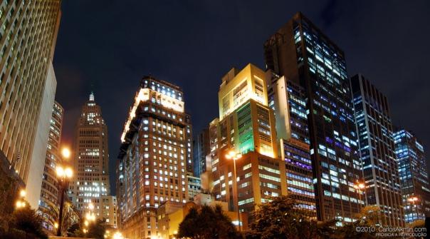 Centro de São Paulo à noite. Ao fundo, o famoso prédio do Banespa.