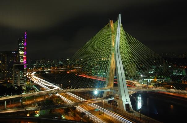 Ponte Estaiada, em frente ao prédio da Rede Globo.