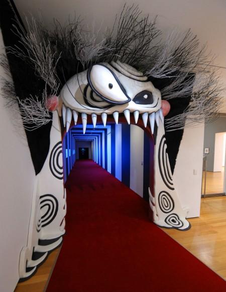Já pensou em adentrar o universo do cineasta Tim Burton? A foto mostra a entrada da exposição no MoMA, que vem para o país em 2016