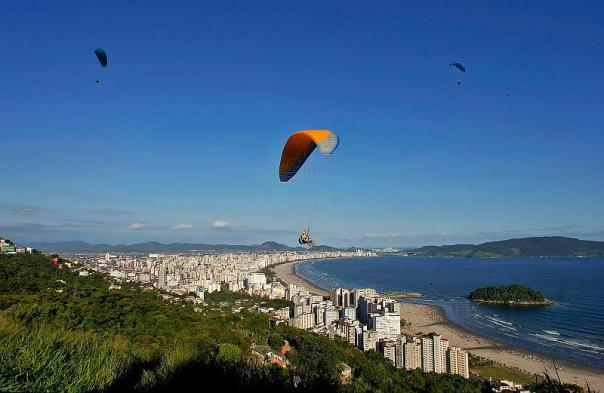 Vista aérea da Cidade de Santos, a partir do Morro da Asa Delta, localizado na Cidade de São Vicente.