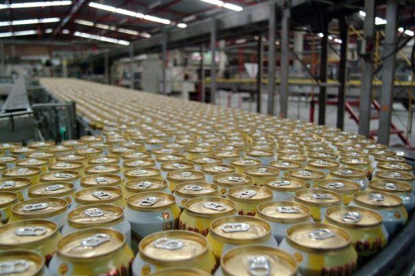 Cerveja em lata começou a ser produzida em 1935 Márcio Garcez/Folhapress