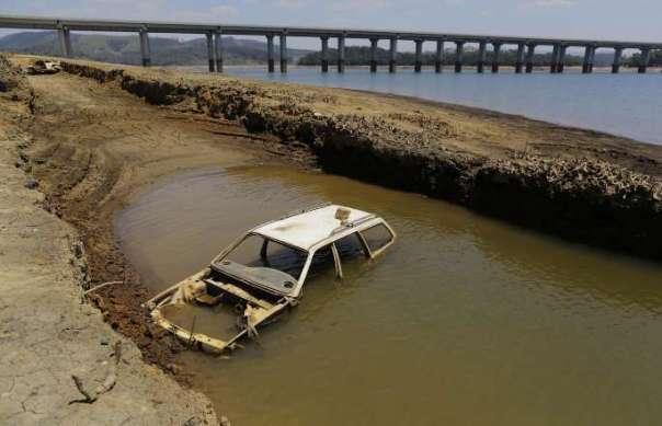 Seca revela carros abandonados no Sistema Cantareira